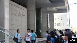 媒体在香港警察总署外等候李建军向商业罪案调查科举报(美国之音海彦拍摄)