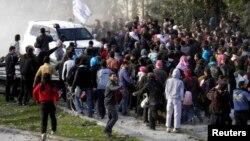 지난 10일, 시리아 반군거점 지역 홈스에서 UN 차량 주변에 주민들이 모여있다.
