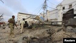 Cảnh sát Somalia đứng trước khách sạn Maka Al-Mukarama trong 1 cuộc tấn công của nhóm Hồi giáo al-Shabab ở Mogadishu, 27/3/2015.