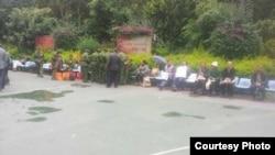 云南访民和退伍军人等候面见中央巡视组。(朱承志推特图片)