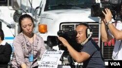 Medios de comunicación de todas partes del mundo transmiten los detalles del evento desde las afueras del edificio de la ONU.