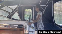 Ika Permatasari-Olsen belajar mengemudikan kapal dari suami. (Foto: Ika Olsen)