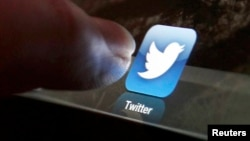 El estudio demuestra que mientras el número de personas con Facebook se ha mantenido, el número de usuarios de Twitter se ha casi duplicado.