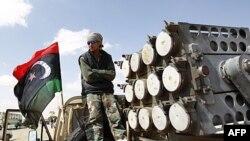 Libijski pobunjenik na kamionetu sa raketnim bacačem na kontrolnom punktu između Adžabie i Brege