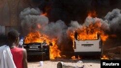 Zapaljeni automobilii ispred hotela u kojem su navodno smešteni poslanici