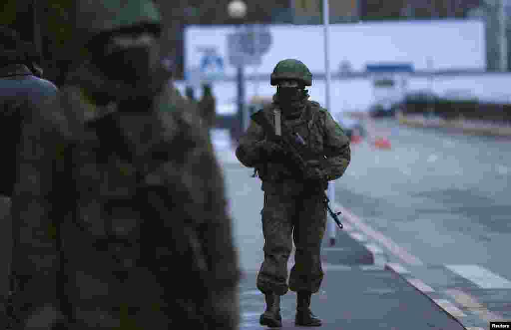 روسی افواج نے کریمیا کے دو بڑے ہوائی اڈوں پر قبضہ کر لیا ہے۔