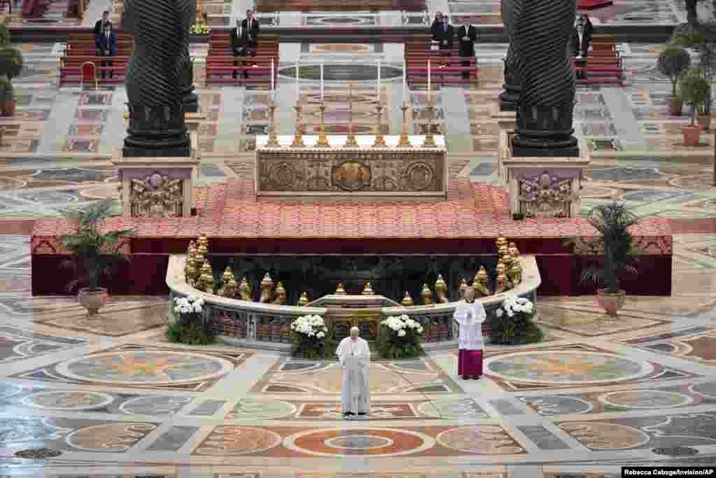 សម្តេចប៉ាប Francis អានសារ Urbi et Orbi នៅក្នុងវិមាន St. Peter's Basilica ដោយមិនមានការចូលរួមពីសាធារណជនដោយសារតែការផ្ទុះឡើងនៃជំងឺកូវីដ១៩ នៅថ្ងៃ Easter Sunday ក្នុងបុរីវ៉ាទីកង់។