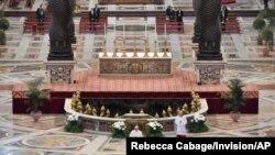 Paus Fransiskus membacakan pesan-pesan Paskah di Basilica Santo Petrus, Vatikan tanpa kehadiran jemaat, hari Minggu, 12 April 2020.