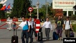 Những người quốc tịch Trung Quốc chạy sang Campuchia từ Việt Nam tại điểm kiểm tra an ninh quốc tế Bavet ở tỉnh Svay Rieng, 15/5/2014.