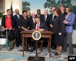 """奥巴马总统签署""""莱恩怀特艾滋治疗延长法案"""" (资料照片)"""