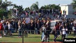Учні середньої школи в Паркленді (Флорида) протестують проти насильства з використанням зброї