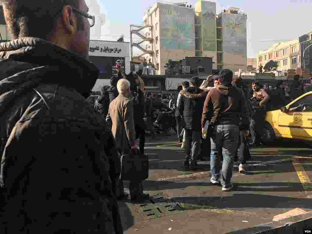 همزمان با تجمع حکومتی ۹ دی در تهران، مردم معترض هم تجمع های پراکنده ای داشتند و در روز سوم اعتراض ها، شعارهایی علیه جمهوری اسلامی ایران سر دادند.