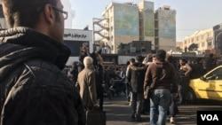 عکسی از تجمع های پراکنده در نزدیکی میدان انقلاب تهران در روز شنبه ۹ دی