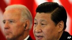 资料照:时任中国国家副主席习近平在北京接待到访的时任美国副总统拜登。(2011年8月19日)
