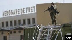 2013年1月19日,法軍第五戰鬥直升機團的一名士兵守衛著巴馬科附近的馬里陸軍101航空基地。這里目前是法軍駐地。