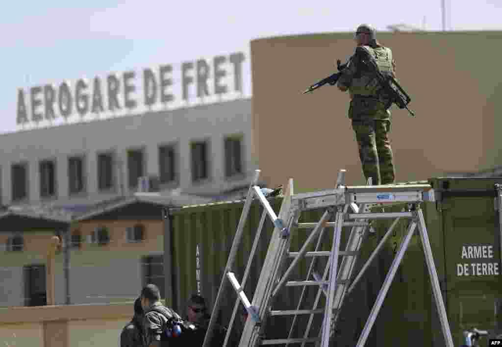 2013年1月19日,法军第五战斗直升机团的一名士兵守卫着巴马科附近的马里陆军101航空基地。这里目前是法军驻地。