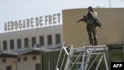 말리 공군 기지를 지키고 있는 프랑스 군인