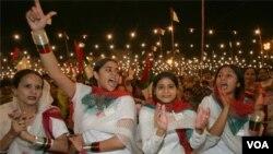 Para peserta rally mengkampanyekan persamaan hak perempuan di Karachi, Pakistan selatan (19/2).