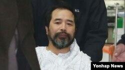 지난해 3월 마크 리퍼트 주한 미국대사를 습격해 살인미수 등 혐의로 기소된 김기종(55)씨가 사건 당시 입은 부상으로 서울 경찰병원에서 치료를 받은 뒤 퇴원하는 모습. (자료사진)
