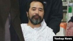 서울중앙지법 형사합의부는 마크 리퍼트 주한 미국대사를 습격해 살인미수 등 혐의로 구속기소된 김기종 씨에게 11일 징역 12년형을 선고했다. 사진은 지난 3월 서울 경찰병원에서 퇴원하며 경찰 호송차량으로 향하는 김기종 씨.