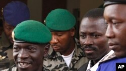 Le capitaine Amadou Haya Sanogo, à gauche, Bamako, avril 2012.
