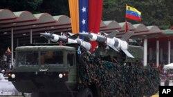 Un lanzamisiles es visto durante un desfile militar en Caracas, Venezuela.