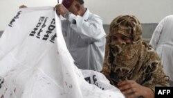 Thân nhân đến nhà xác ở Karachi để nhận diện nạn nhân bị bắn chết bởi các tay súng