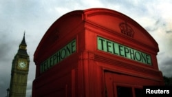 Bilik telepon umum berwarna merah khas Inggris di London.