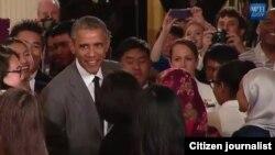 ບັນດານັກສຶກສາ ອ້ອມລ້ອມ ທັກທາຍ ປະທານາທິບໍດີ Barack Obama