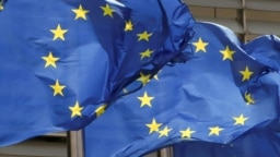 ARHIVA - Zastave Evropske unije ispred sedišta Evropske komisije u Briselu (Foto: Reuters/Yves Herman)