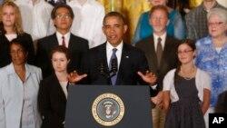 Predsednik Barak Obama sa porodicama koje su imale koristi od reforme zdravstvene zaštite