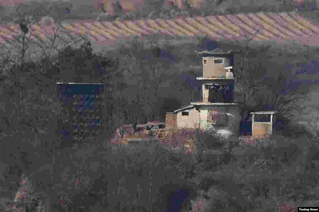 개성공단 폐쇄 1년(2월 10일)을 앞둔 6일 경기도 파주시 도라전망대에서 북한 군인들이 대형 스피커로 대남방송을 하며 남측을 관찰하는 모습이 보이고 있다.