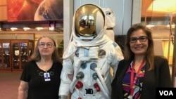 La ingeniera Sandra Cauffman, derecha, junto a su madre María Jerónima Rojas, izquierda, en la sede de la NASA en Washington, DC.