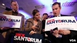 Los partidarios del ex senador por Pennsylvania, Rick Santorum, siguieron con mucha atención el conteo de la votación en Iowa.
