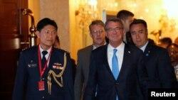애슈턴 카터 미국 국방장관이 3일 아시아 지역 최대 연례 안보회의인 샹그릴라 대화가 열린 싱가포르 회의장에 도착했다.
