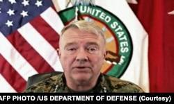 امریکی سینٹرل کمانڈ کے سربراہ جنرل فرینک میک کینزی نیوز بریفنگ کے دوران کابل سے انخلا کے مکمل ہونے کا اعلان کر رہے ہیں۔