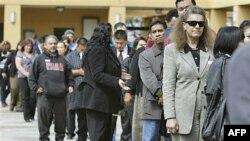 Người đi xin việc xếp hàng tại một hội chợ việc làm ở San Jose, California