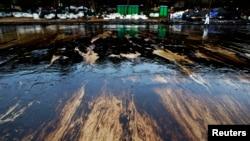 Tumpahan minyak sebanyak 50.000 liter mencemari kawasan lepas pantai di daerah wisata di Thailand, meningkatkan keprihatinan atas keselamatan lingkungan (31/7).