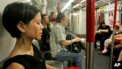 할로윈데이를 맞아 홍콩 지하철에 할로윈 분장을 한 승객이 타고 있다. (자료사진)
