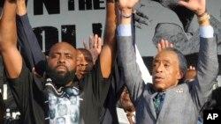 美國民權活動人士夏普頓(右),左為被警員開槍打死青年布朗的父親。