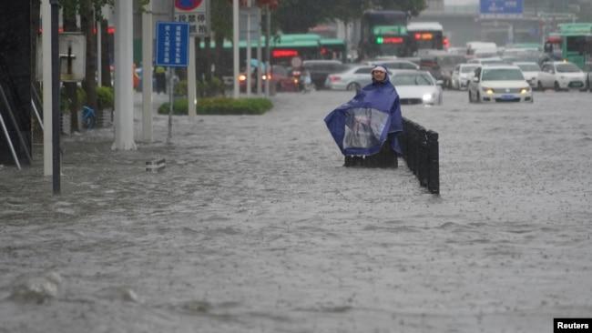 Banjir menggenangi jalanan di kota Zhengzhou, Henan, China Selasa (20/7).