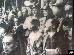 1949年10月1日李普(中,穿军装者)在天安门城楼上