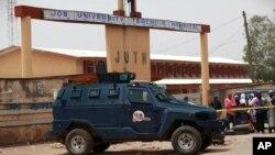 Une voiture de police devant l'Université de Jos, le 21 mai 2014
