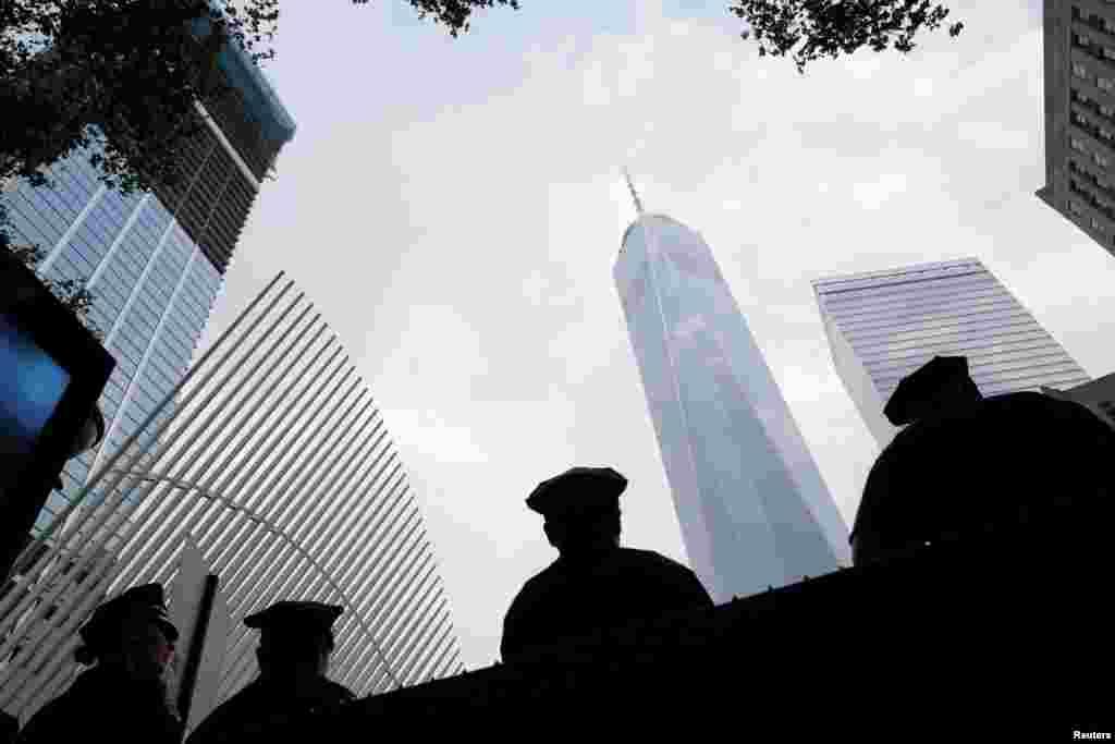 Maafisa wa polisi wako nje ya eneo la Ground Zero asubuhi ya maadhimisho ya miaka 15 ya mashambulizi ya Septemba 11 huko Manhattan, New York, Marekani, Septemba 11, 2016. REUTERS/Andrew Kelly