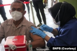 Lebih dari 5.000 warga divaksinasi di GOR Arcamanik, Bandung, Jawa Barat, hari Kamis (8/7). (Courtesy: BNPB)