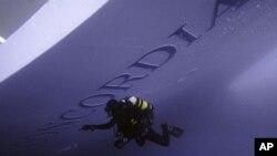 ມະນຸດກົບມຸດລົງໄປກວດເບິ່ງທ້ອງເຮືອທ່ອງທ່ຽວ Costa Concordia ທີ່ແລ່ນຕຳກ້ອນຫີນ ໃນສັບປະດາແລ້ວ (19 ມັງກອນ 2012)