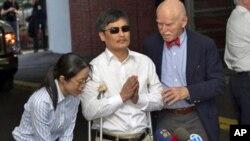 ນາຍ Chen Guangcheng ນັກເຄຶ່ອນໄຫວຕາບອດທີ່ຄັດຄ້ານລັດຖະ ບານຈີນ ຂະນະກ່າວຂອງໃຈສະຫະລັດ ບໍ່ດົນຫຼັງຈາກເດີນທາງໄປເຖິງ ສະຫະລັດ
