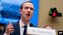 Osnivač i direktor Fejsbuka Mark Zakerberg svedočoi u na pretresu na Kapitol Hilu 11. aprila 2018.