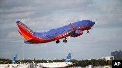 Los pasajeros salieron del avión en la pista del aeropuerto. Siete personas fueron atendidas por heridas menores.