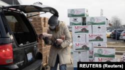ခရစ္စမတ္ကာလ အစားအစာမ်ားေပးေဝရာေနရာျမင္ကြင္း (Reuters)